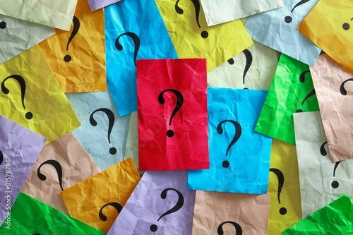 Viele Fragezeichen - in der Mitte eines auf rotem Zettel - 81578786
