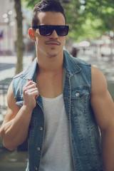 Modelo posando con gafas de sol