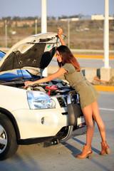 Autopanne, Frau öffnet die Motorhaube