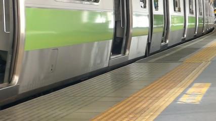 大都会東京 駅のホーム イメージ ドアが閉まる 発車  ハイスピード撮影 スローモーション映像