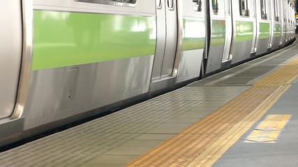 大都会東京 駅のホーム イメージ 発車  ハイスピード撮影 スローモーション映像