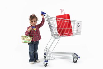 Milena mit Einkaufswagen