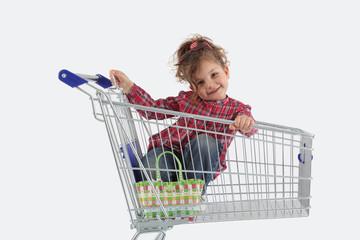 Milena im Einkaufswagen