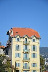 Vier Balkone an gelbem Haus