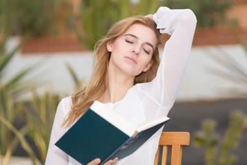 Mädchen liest draussen im Buch