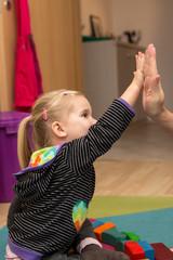Kleines Mädchen gibt High Five
