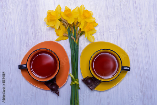 Papiers peints Narcisse two cups of tea and a bouquet of daffodils