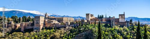 Poster Historisch geb. Panorama Alhambra in Granada vor schneebedeckter Sierra Nevada