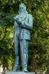 Statue eines lesenden Mannes