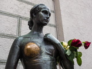Julia in der Innenstadt München als Liebesbotin