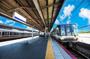 鉄道の駅のプラットホーム