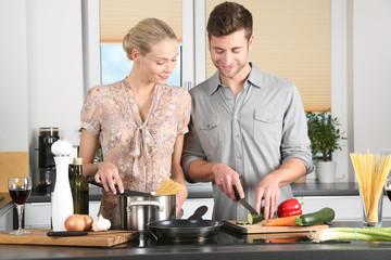 glückliches Paar kocht gemeinsam