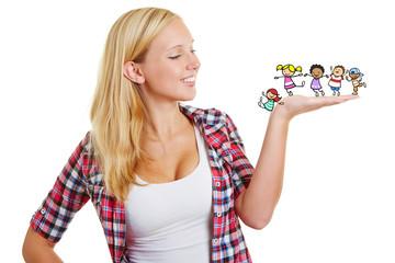Junge Frau mit Kindern auf ihrer Hand