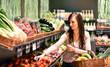 junge Frau kauft Obst & Gemüse im Supermarkt ein - 81612189