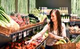 Fototapety junge Frau kauft Obst & Gemüse im Supermarkt ein