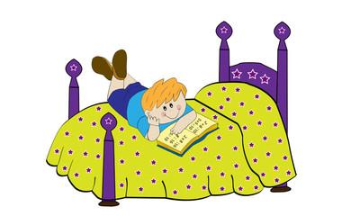 Niño estudiando en la cama.