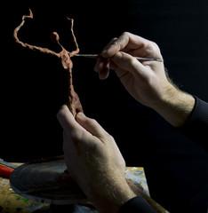 Main d'homme modelant sculpture