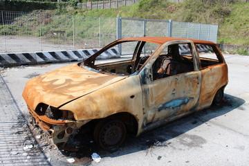 Auto incendiata nel parcheggio di una stazione