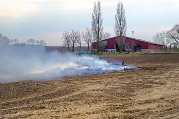 Hütte mit Laubfeuer