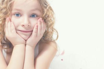 Портрет красивой маленькой светловолосой девочки.