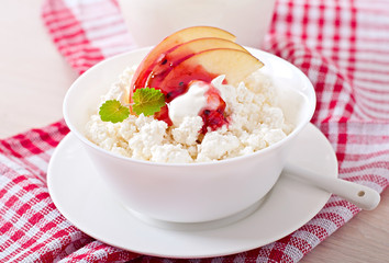 Cottage cheese with apple, berry syrup and sour cream