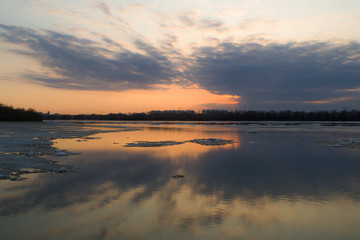Закат на реке во время ледохода