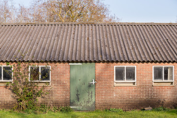 Asbest dakplaten op een oude stal