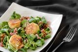 salade de chèvre chaud sur assiette blanche 1