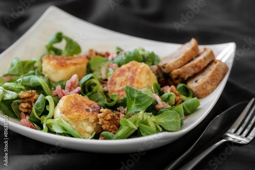 Foto op Aluminium Salade salade de chèvre chaud sur assiette blanche 2