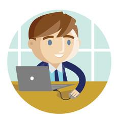 un trabajador en la oficina con su computadora