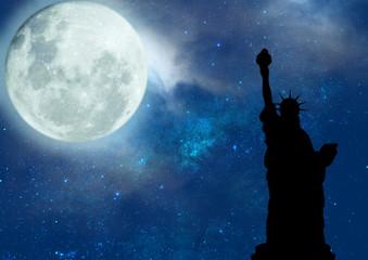 Vista Noturna da Estátua da Liberdade