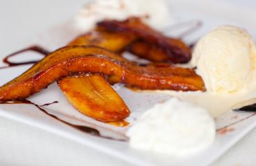 dessert créole, bananes flambées, glace à la vanille