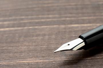 机に置かれた万年筆