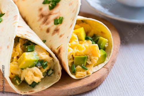 Keuken foto achterwand Egg Avocado scrambled egg wraps