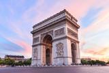 Champs-Elysees o zachodzie słońca w Paryżu