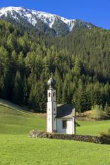 ドロミティ地方の小さな教会とオードレ山脈