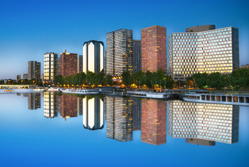 grattacieli riflessi nella Senna