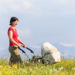 Mutter mit Kind in der Natur