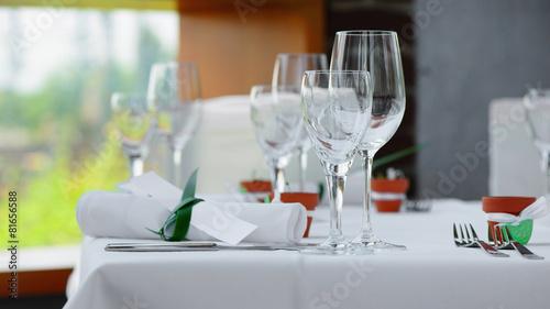 fertige tisch im restaurant - 81656588