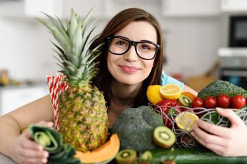 glückliche junge frau umarmt obst und gemüse