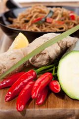 Rustikaler Nudelsnack in der Pfanne mit frischem Gemüse
