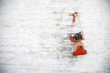 старый фотоаппарат висящий на стене