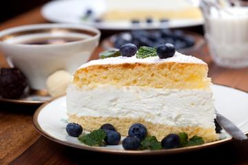 Käsekuchen mit Minze und Beeren, Kuchen und Milch