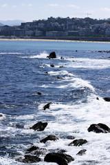 Agua de mar en el rompeolas de la costa