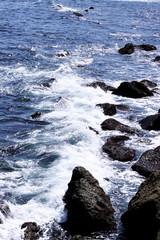 Agua de mar en el rompeolas