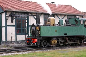 dampflokomotive und bahnhofsgebäude