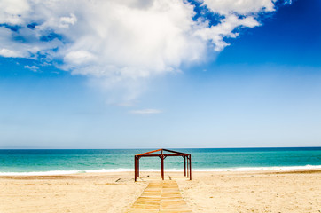 Zelt Rahmen am leeren Strand von Mojacar