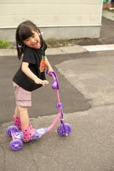 キックボードに乗る女の子