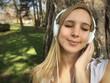 Frau hört Musik mit Kopfhörer