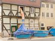 Leinwanddruck Bild - Staubige Fachwerkhaus-Sanierung mit einer Schuttrutsche